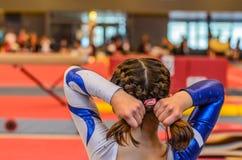 Молодые волосы отладки девушки гимнаста перед возникновением стоковое изображение rf