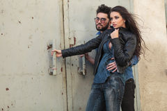 Молодые вскользь пары обнимая в ветре Стоковые Фотографии RF