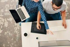 Молодые график-дизайнеры coworking в офисе Стоковые Изображения RF
