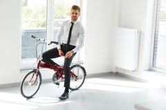 Молодые езды бизнесмена на его велосипед на офисе вектор людей jpg иллюстрации дела Стоковое Изображение RF