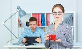 Молодые деловые партнеры обсуждая идеи для запуска на встрече Стоковые Фотографии RF
