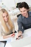 Молодые деловые партнеры работая в офисе Стоковые Фотографии RF