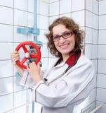 Молодые женские доктор и жидкостный огнетушитель Стоковые Изображения RF