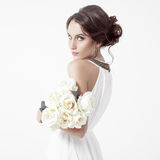 Молодые женщина и белые розы брюнет. Белая предпосылка. Стоковые Фотографии RF