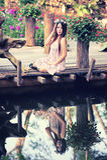 Молодые женщины Азии сидя в красочном цветочном саде Стоковое фото RF