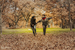 Молодые женщины бежать в парке над полем вполне листьев Aut Стоковые Изображения RF