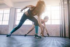 Молодые женщины бежать в спортзале Стоковая Фотография