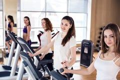 Молодые женщины бежать на третбане в спортзале Стоковые Фотографии RF