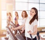 Молодые женщины бежать на третбане в спортзале Стоковая Фотография RF