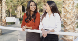 Молодые женщины беседуя в тропическом городском парке Стоковое фото RF