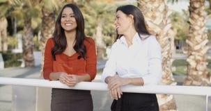 Молодые женщины беседуя в тропическом городском парке Стоковые Изображения RF