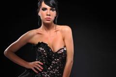 Молодые женщины брюнет представляя в платье моды Стоковые Фото