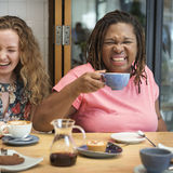 Молодые женщины выпивая концепцию кофе Стоковое фото RF