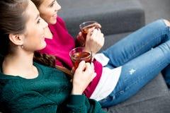 Молодые женщины выпивая чай Стоковая Фотография RF