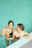 Молодые женщины в бассейне Стоковое фото RF