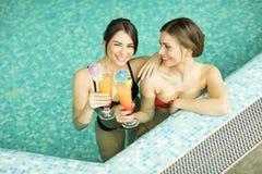 Молодые женщины в бассейне Стоковая Фотография RF