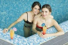 Молодые женщины в бассейне Стоковое Фото