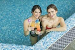 Молодые женщины в бассейне Стоковая Фотография