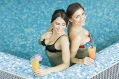 Молодые женщины в бассейне Стоковые Изображения