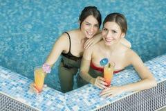 Молодые женщины в бассейне Стоковое Изображение RF
