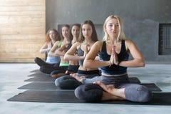 Молодые женщины в занятиях йогой, ослабляют представление раздумья Стоковые Фотографии RF