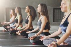 Молодые женщины в занятиях йогой, ослабляют представление раздумья Стоковые Изображения