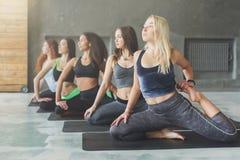 Молодые женщины в занятиях йогой, протягивать представления русалки Стоковая Фотография
