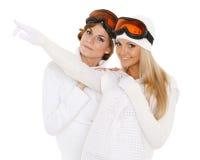 Молодые женщины в зиме греют одежды и стекла лыжи Стоковые Фотографии RF