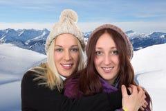 Молодые женщины в зиме с снегом в горах Стоковые Фото