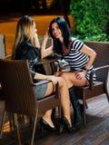 Молодые женщины в кафе Стоковые Фото