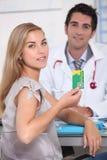 Женщина на офисе доктора стоковые фотографии rf