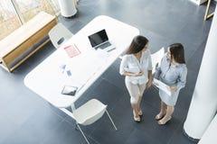 Молодые женщины в офисе Стоковое Изображение