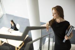 Молодые женщины в офисе Стоковая Фотография