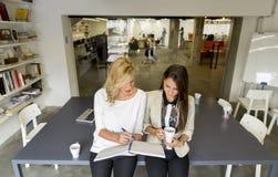 Молодые женщины в офисе Стоковая Фотография RF