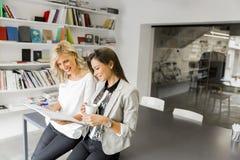 Молодые женщины в офисе Стоковое Фото