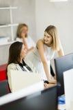 Молодые женщины в офисе Стоковые Изображения