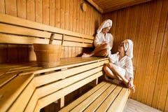 Молодые женщины в сауне Стоковые Фотографии RF