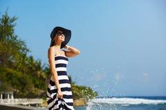 Молодые женщины в соломенной шляпе и стильном пляже наслаждаясь тропическим солнцем Концепция заботы кожи лета каникула девушки м стоковая фотография rf