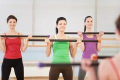 Молодые женщины в спортзале делая тренировки с фитнесом вставляют Стоковая Фотография RF