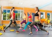 Молодые женщины в спортзале делая excercises crossfit Стоковая Фотография