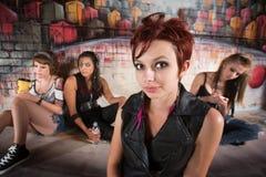 Молодые женщины группы в переулке Стоковые Изображения RF