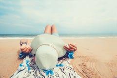 Молодые женщины лежа на тропическом пляже, Стоковые Фотографии RF