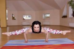 молодые женщины делают йогу Стоковое Изображение RF