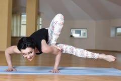 молодые женщины делают йогу Стоковая Фотография RF
