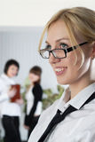 Молодая женщина дела на офисе с коллегаами Стоковые Изображения RF