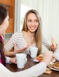 Молодые женщины злословя и выпивая чай Стоковые Фото