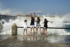 Молодые женщины имеют потеху с волнами Стоковые Фото