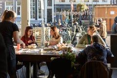 Молодые женщины имея завтрак в ультрамодном кофе в Амстердаме Стоковое Фото