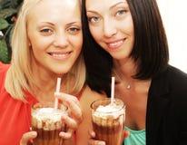 Молодые женщины имея перерыв на чашку кофе совместно Стоковая Фотография