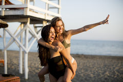 Молодые женщины имея потеху на пляже Стоковая Фотография
